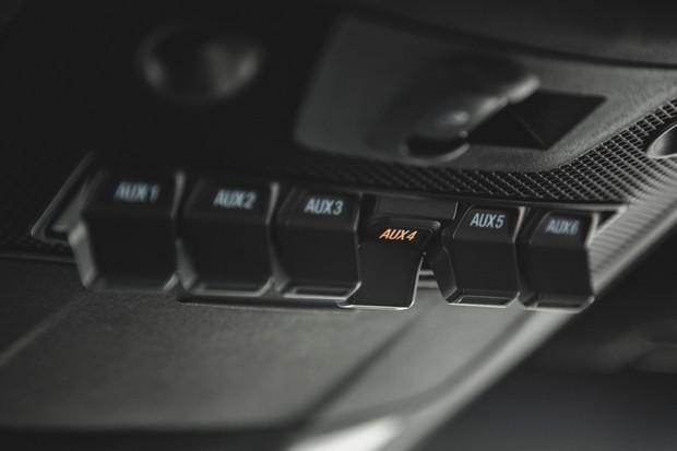Console do teto tem vários botões de estilo aeronáutico com funções programáveis (Foto: Fabio Aro/Autoesporte)