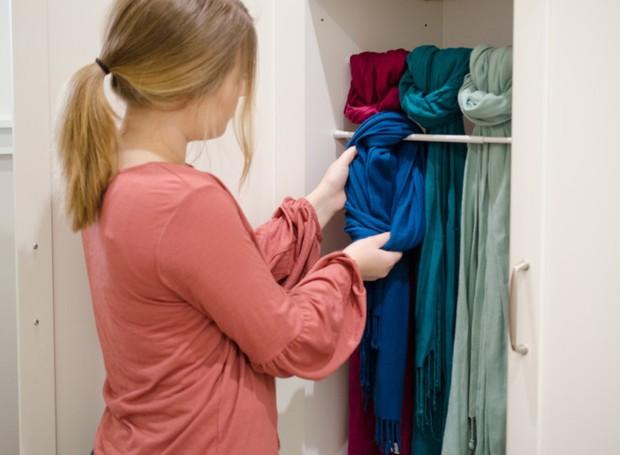 Aqui, as echarpes estão à mostra, mas o truque também vale para lenços, cintos e até gravatas (Foto: Pinterest/Reprodução)
