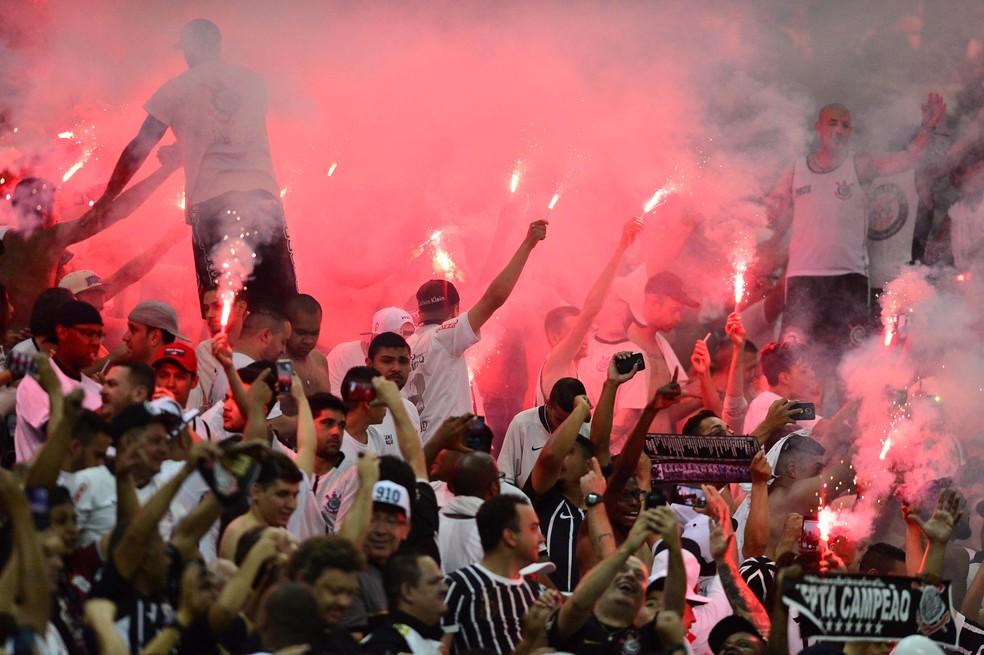 Olha a festa da torcida com os sinalizadores (Foto: Marcos Ribolli)