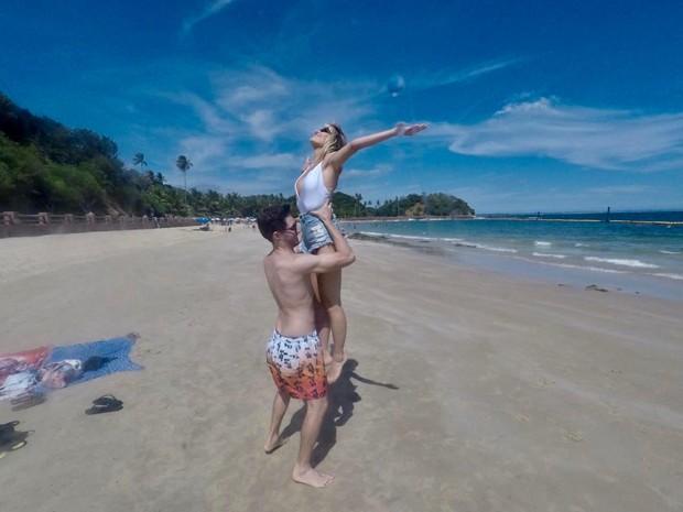 Maurício Pitanga e Barbara França na Praia Pontal do Guadalupe, na Ilha dos Frades, em Salvador (BA) (Foto: Ed.Globo/Ricardo Cardoso)