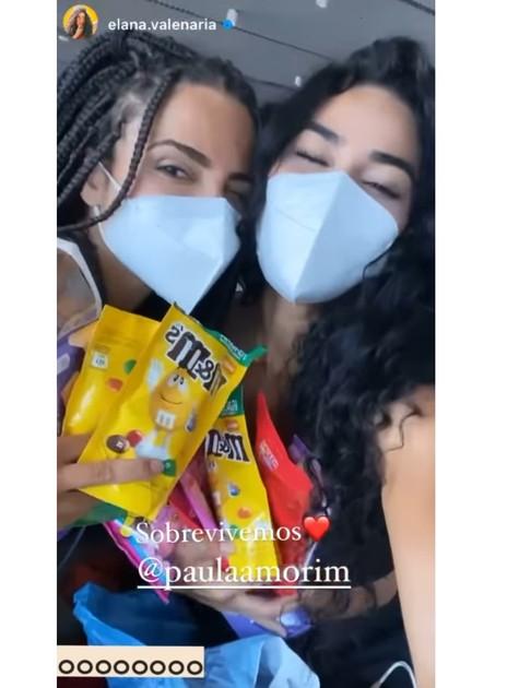 Paula e Elana posam no aeroporto após o fim das gravações de 'No limite' (Foto: Reprodução)