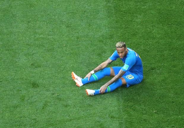 Neymar caído durante jogo contra a Costa Rica na Copa do Mundo da Rússia 2018 (Foto: Richard Heathcote/Getty Images)