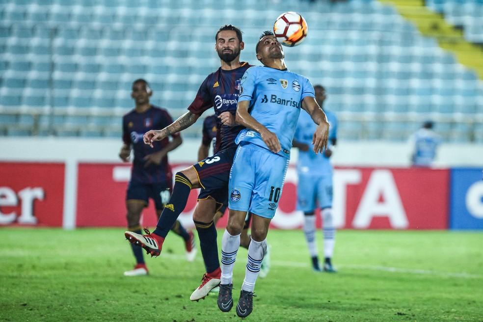 Cícero sofre pênalti contra o Monagas (Foto: Lucas Uebel / Grêmio, DVG)