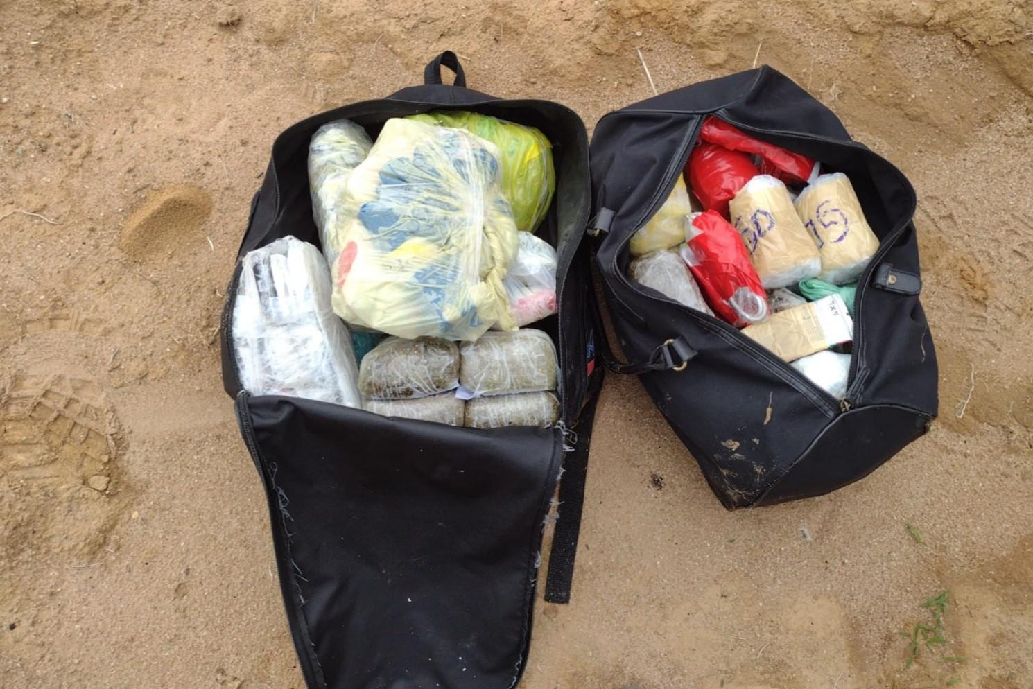 Homem é preso com 8 kg de drogas e mais de 80 celulares ao tentar arremessar bolsas para dentro do Pemano em Tremembé