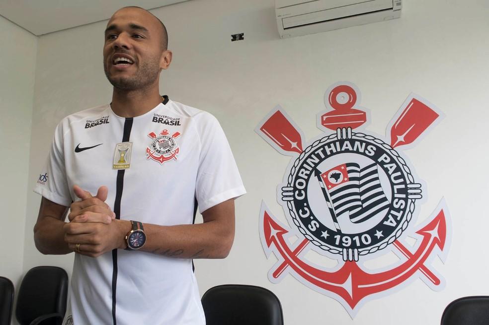 Roger veste a camisa do Timão (Foto: Daniel Augusto Jr/Agência Corinthians)