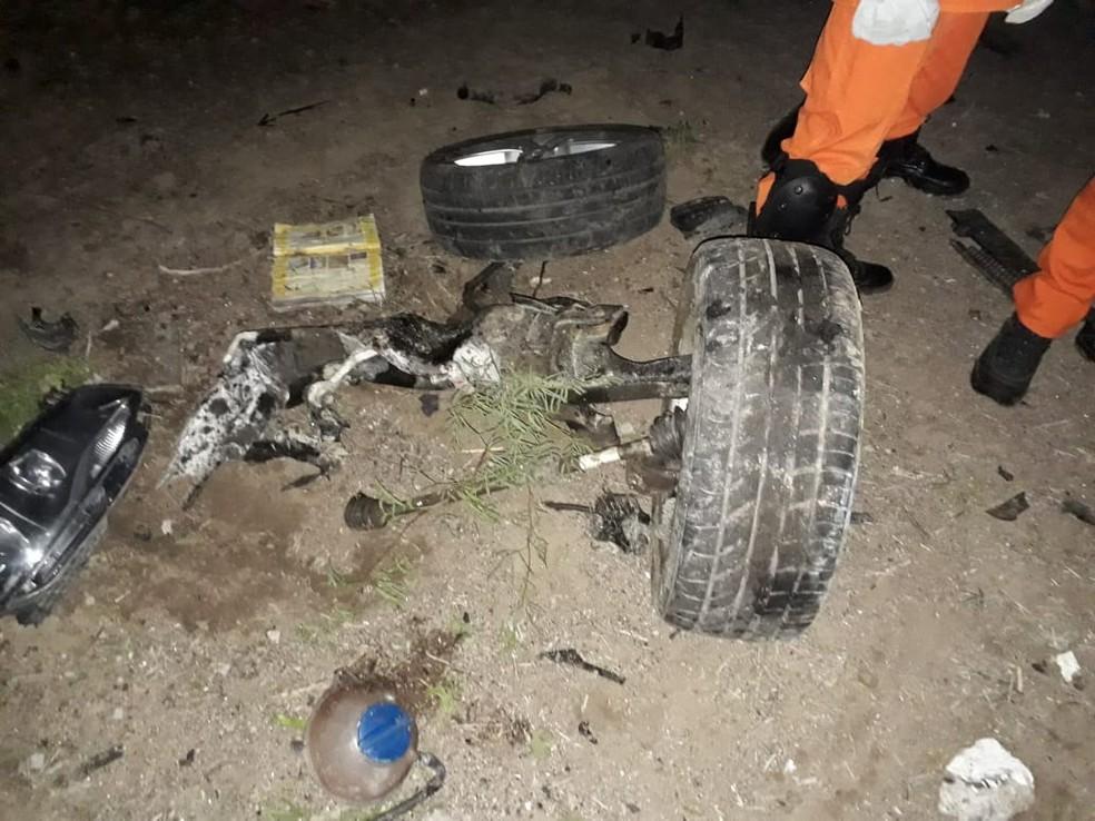 Rodas e partes do carro ficaram espalhados perto do acidente — Foto: Ascom/Bombeiros