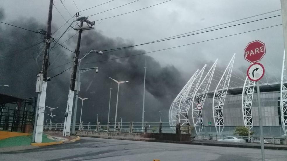 Área interna da Arena Castelão é atingida por incêndio, em Fortaleza. — Foto: Reprodução