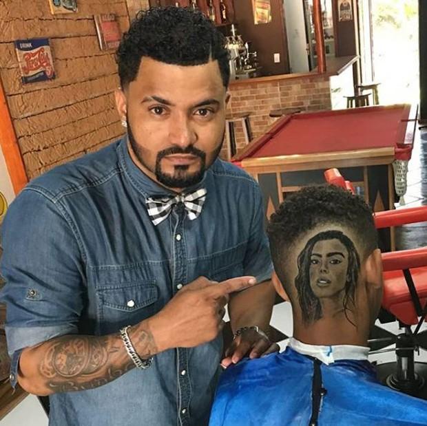 Junior Barber mostrando a sua arte (Foto: Reprodução/Instagram)