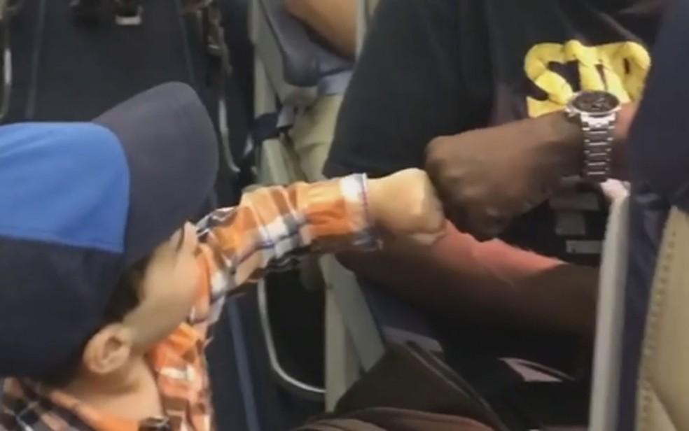 Guy Jakubowicz cumprimenta passageiro ao embarcar em voo da Southwest Airlines (Foto: Reprodução/Instagram/Alya Jakubowicz)