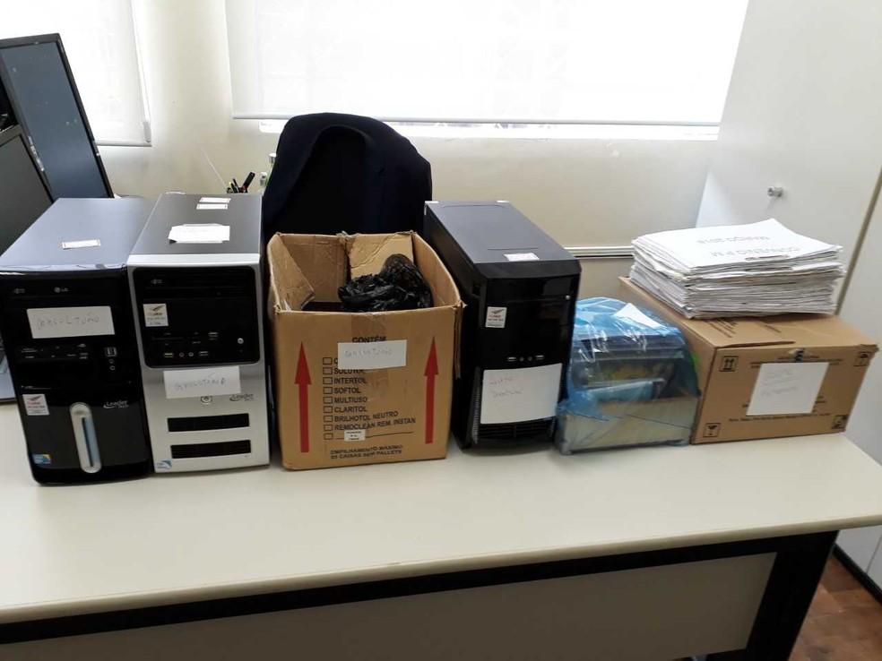 Durante as buscas e apreensões no consultório e no hospital em Mangueirinha foram recolhidos computadores, cadernetas, cheques, nota promissórias e dinheiro — Foto: MP-PR/Divulgação