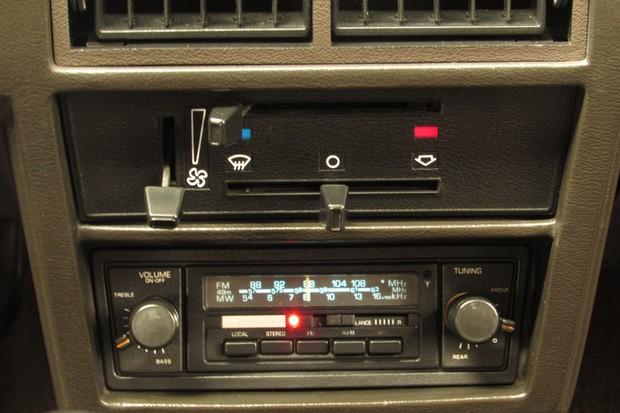 Rádio Philco Ford é original e traz quatro alto-falantes na Belina (dois no Corcel) (Foto: Marcelo Reinert/Autoesporte)