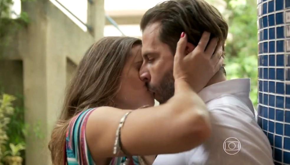 Cassandra (Juliana Paiva) surpreende Henri Castelli com beijão, na novela 'Totalmente Demais' — Foto: Globo