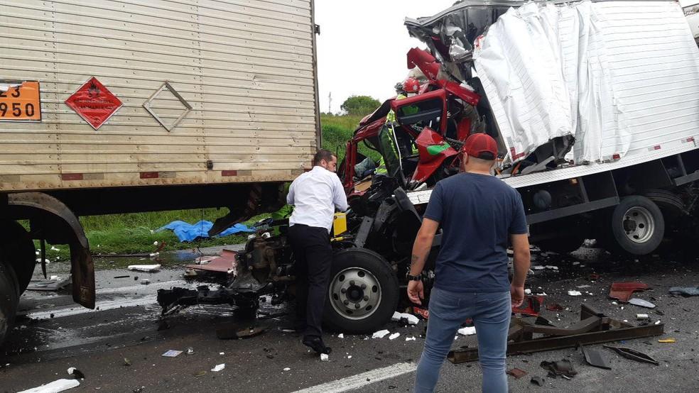 Duas vítimas ficaram presas às ferragens, após batida entre quatro caminhões e um carro, em Campo Largo, de acordo com a PRF — Foto: Divulgação/PRF