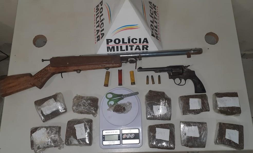 Polícia apreendeu drogas, armas e munições — Foto: Polícia Militar/Divulgação