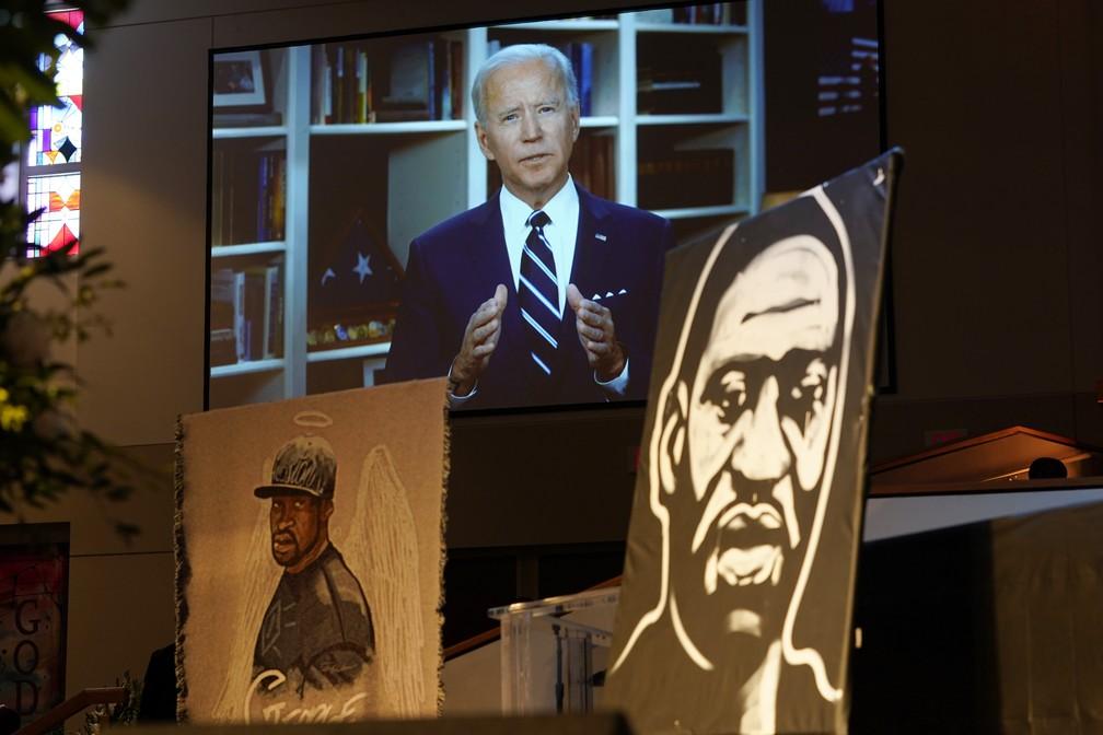 Ex-vice-presidente dos EUA e então pré-candidato à Casa Branca, Joe Biden participa, por vídeo, de funeral de George Floyd em Houston, nos EUA, em junho de 2020 — Foto: David J. Phillip, Pool/AP Photo