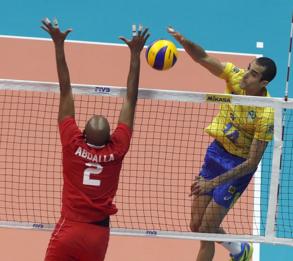Douglas cresceu no segundo set, quando o placar estava apertado — Foto: Divulgação/FIVB