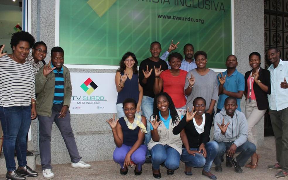 A jornalista da BBC Brasil (de pé, ao fundo, com blusa azul) visitou Moçambique e conheceu a TV Surdo (Foto: BBC)