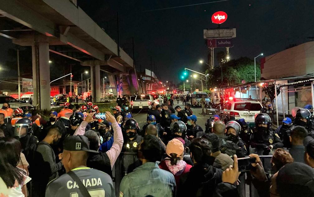 Pessoas observam trabalho de resgate na Cidade do México — Foto: Eduardo Castillo / AP Photo