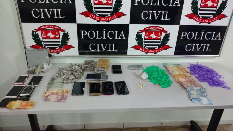 Drogas, celulares e dinheiro foram apreendidos  (Foto: Fernanda Ubaid/TV Tem)