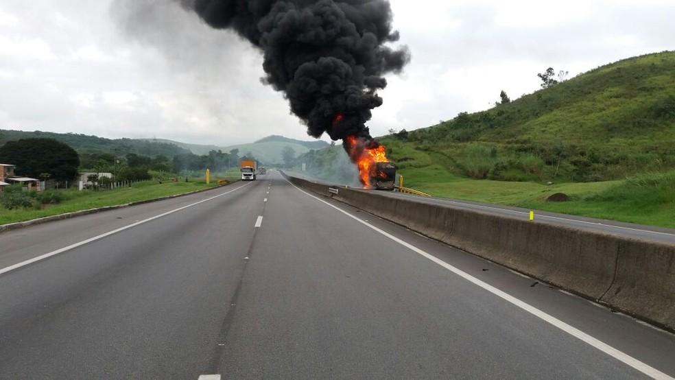 Incêndio destrói ônibus e congestiona trânsito na Via Dutra, em Resende (Foto: PRF/Divulgação)