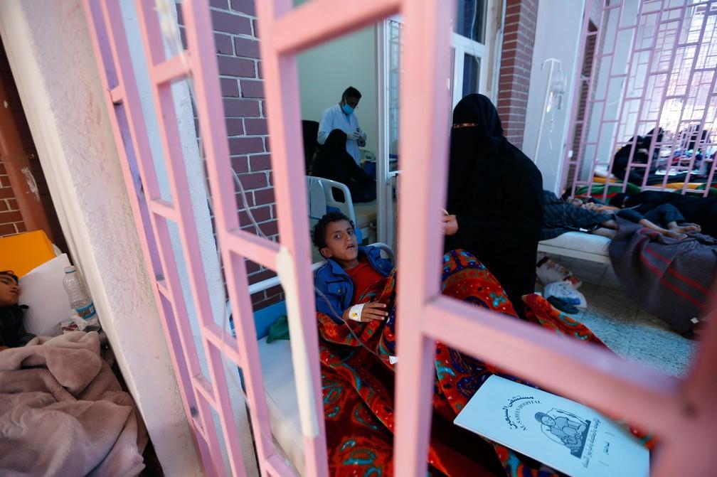 Hospital trata crianças com suspeita de cólera em Sanaa, no Iêmen  (Foto: Mohammed HUWAIS / AFP)