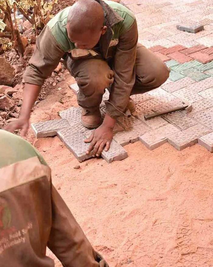 Startup queniana transforma plástico em tijolos mais fortes que concreto (Foto: Gjenge Makers)