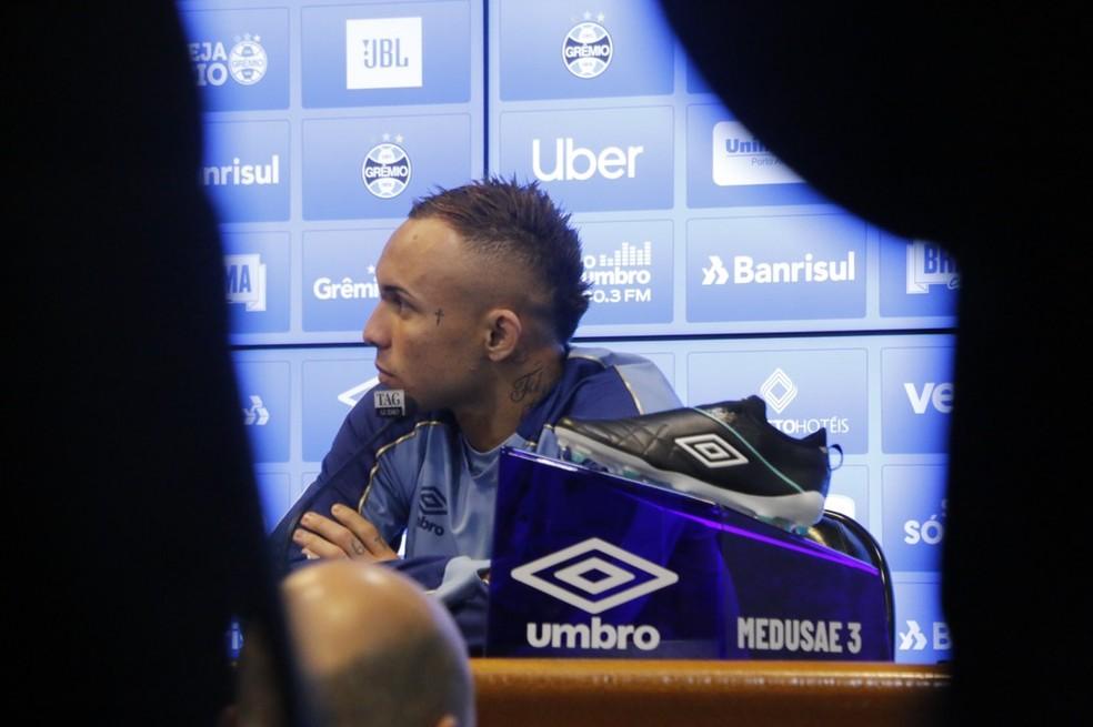 Presença de Everton encheu a sala de entrevistas do Grêmio — Foto: Eduardo Moura / GloboEsporte.com