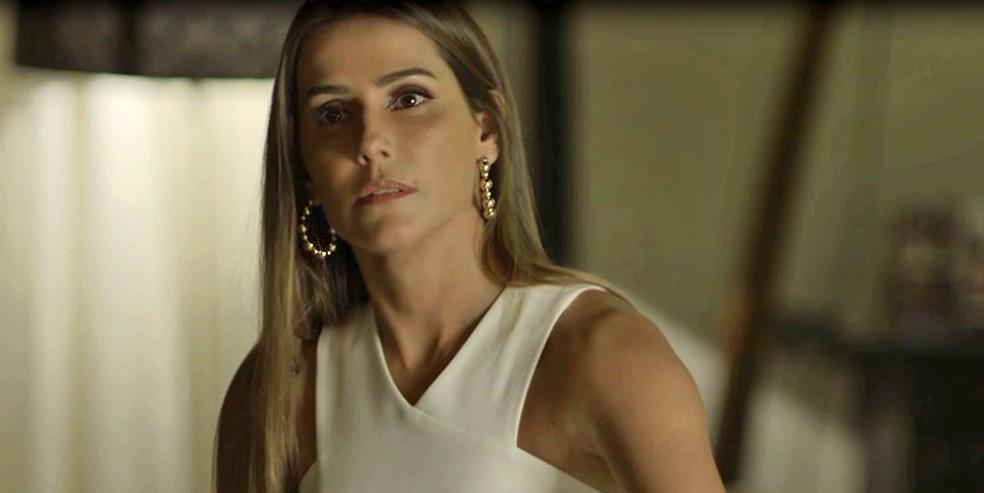 Karola também vai surtar quando descobrir quem é o seu pai — Foto: TV Globo