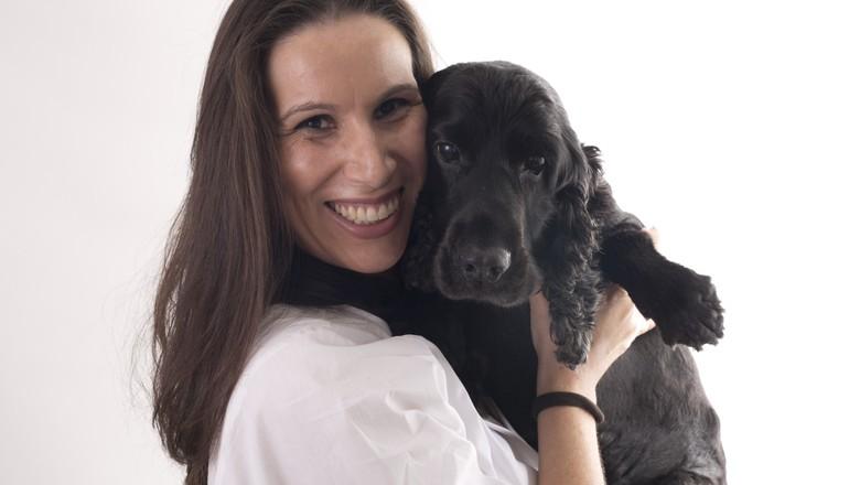 Marilu Gioso, doutora em endocrinologia da reprodução em bovinos, com cão (Foto: Divulgação)