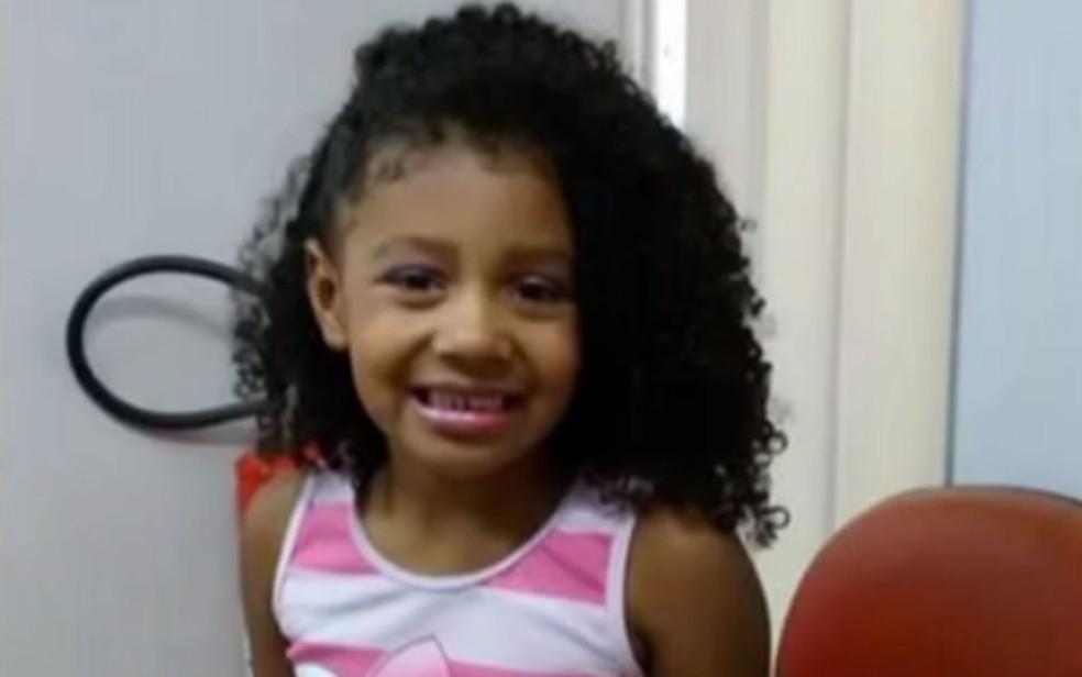 Menina de 8 anos estava em uma kombi na Fazendinha, no Complexo do Alemão, quando foi baleada — Foto: Reprodução
