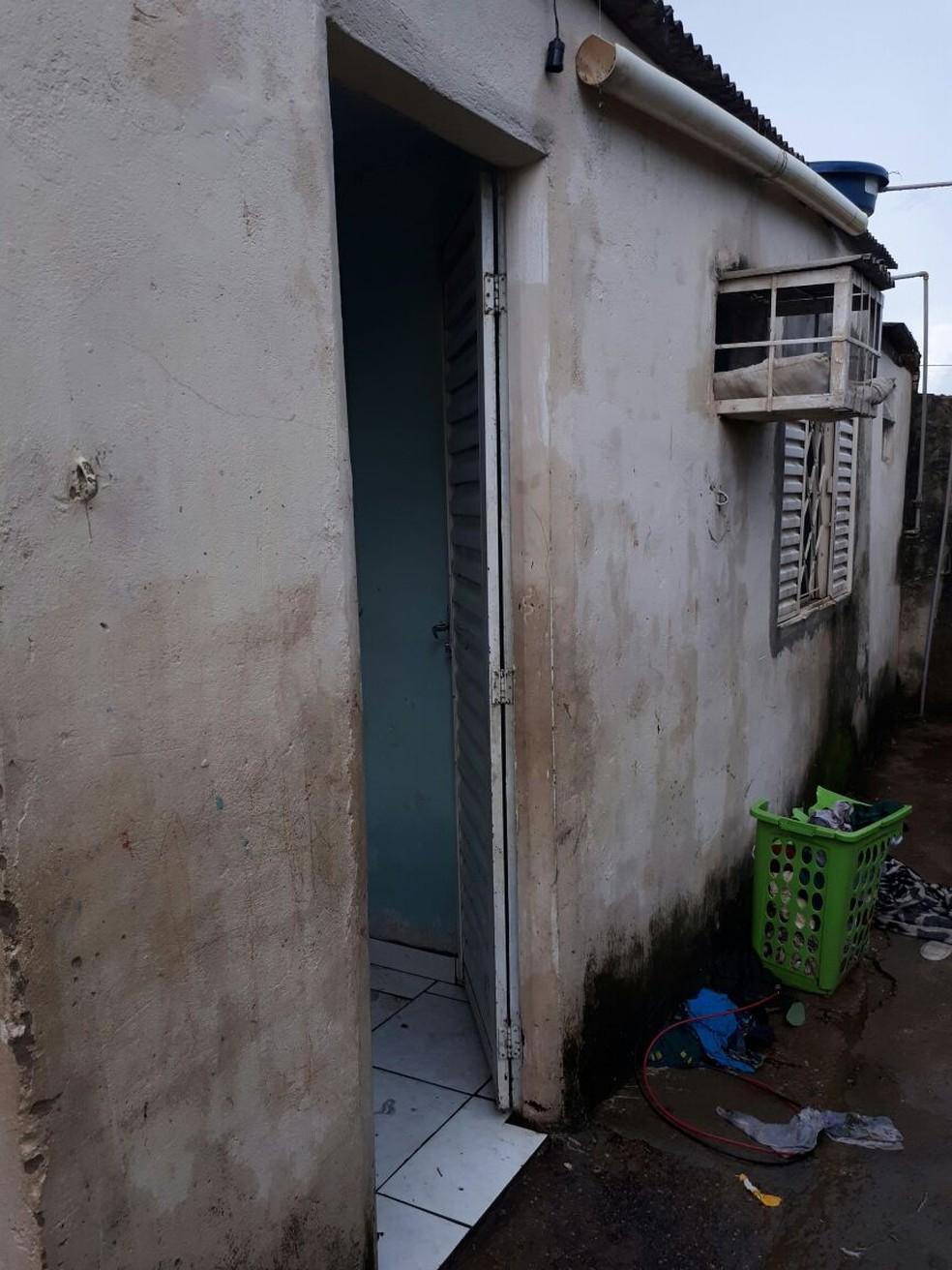 Segundo a Deddica, crianças viviam em condições desumanas, trancadas em um cômodo e em total abandono foram resgatadas (Foto: Polícia Civil de MT/Assessoria)