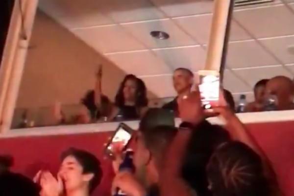 Barack Obama e Michelle Obama dançando em um dos camarotes do show de Beyoncé e Jay-Z (Foto: Twitter)