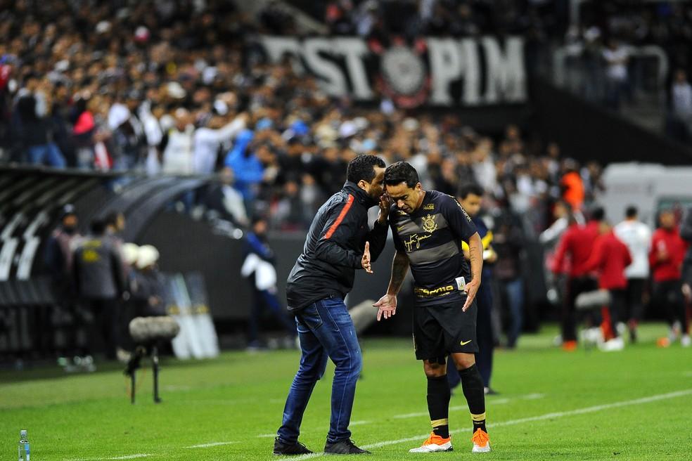 Jair conversa com Jadson: técnico viu derrota dura em Itaquera — Foto: Marcos Ribolli