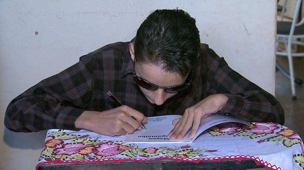 Estudante Gabriel Santos Souza, de 14 anos, perdeu a visão devido a um câncer na retina (Foto: Antonio Luiz/EPTV)