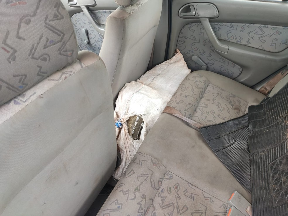 Tijolos de maconha estavam dentro de sacos em carro abandonado em Avaí — Foto: Polícia Rodoviária/Divulgação