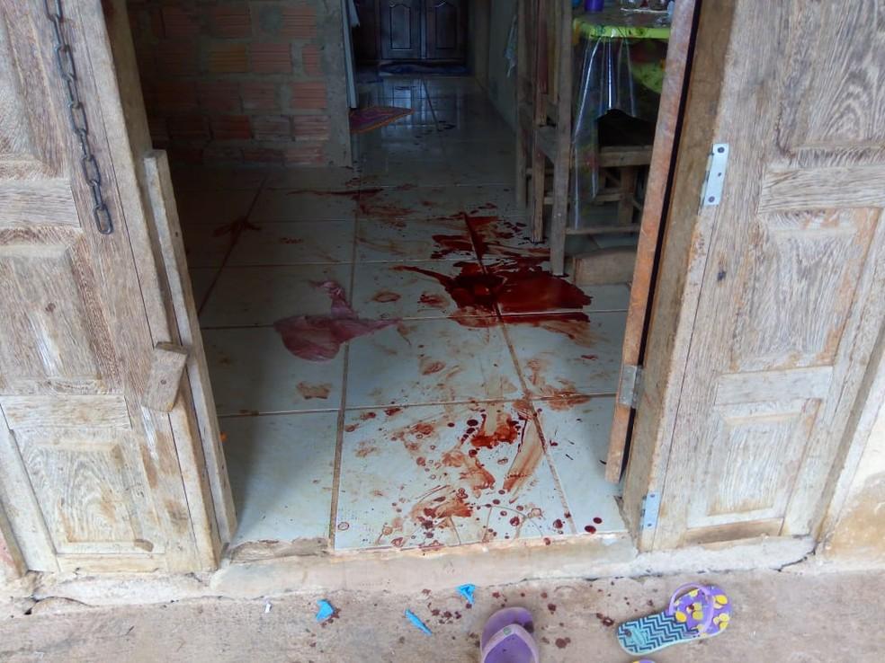 Uma das vítimas foi esfaqueado dentro de casa — Foto: Daniele Lira/G1