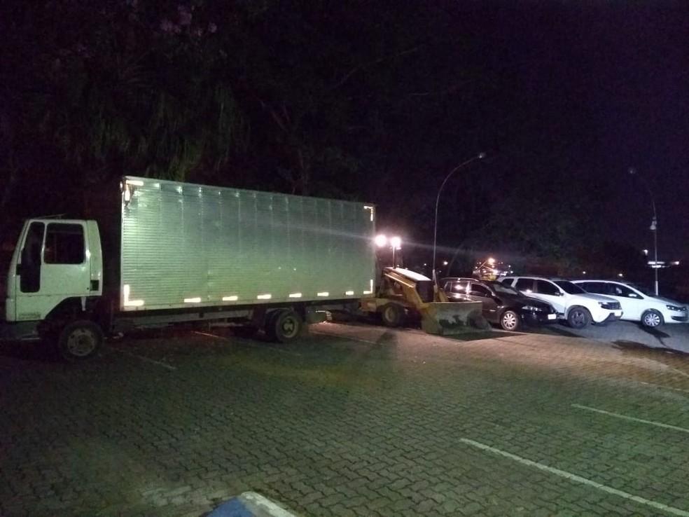 Carros e caminhão roubados foram encontrados em Itupeva — Foto: Polícia Militar/Divulgação