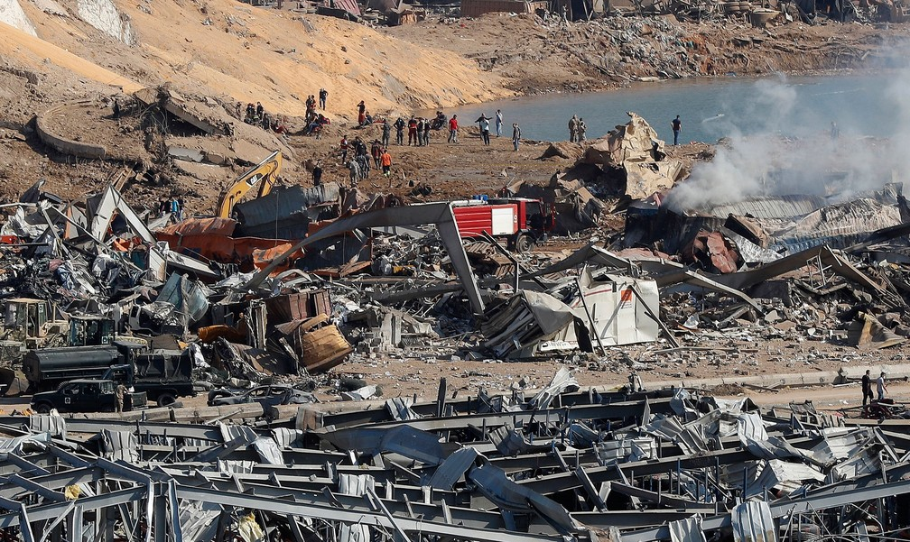 Equipes de resgate e agentes de segurança trabalham no local de uma explosão que atingiu o porto de Beirute, no Líbano, nesta quarta-feira (5)  — Foto: Hussein Malla/AP