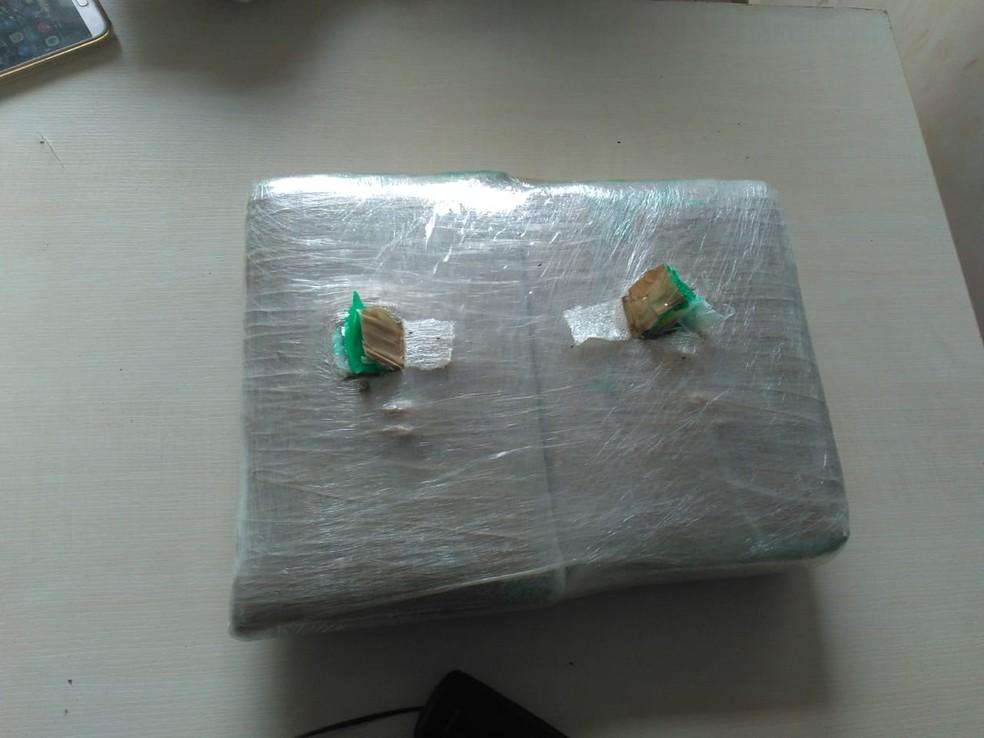 Droga embalada estava escondida na bagagem de Filipe Bom — Foto: Polícia Militar/Divulgação