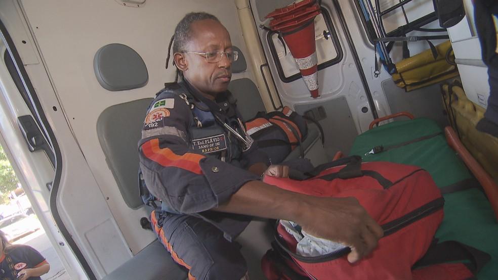 O técnico de enfermagem Flávio Vitorino Costa, de 55 anos, em ambulância do Samu — Foto: TV Globo/Reprodução