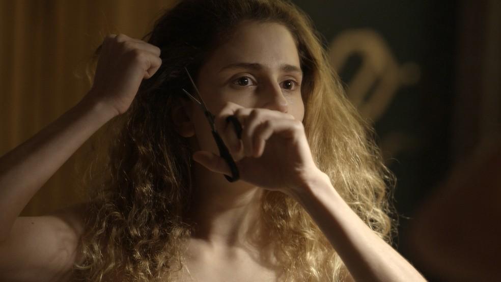 Cada cacho que cai é a despedida da menina que nunca existiu de fato  (Foto: TV Globo)