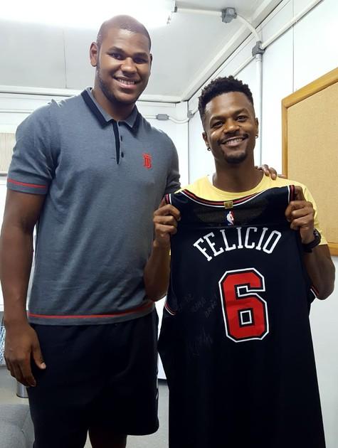 Cristiano Felício e David Junior nos bastidores de 'Bom sucesso' (Foto: Divulgação)