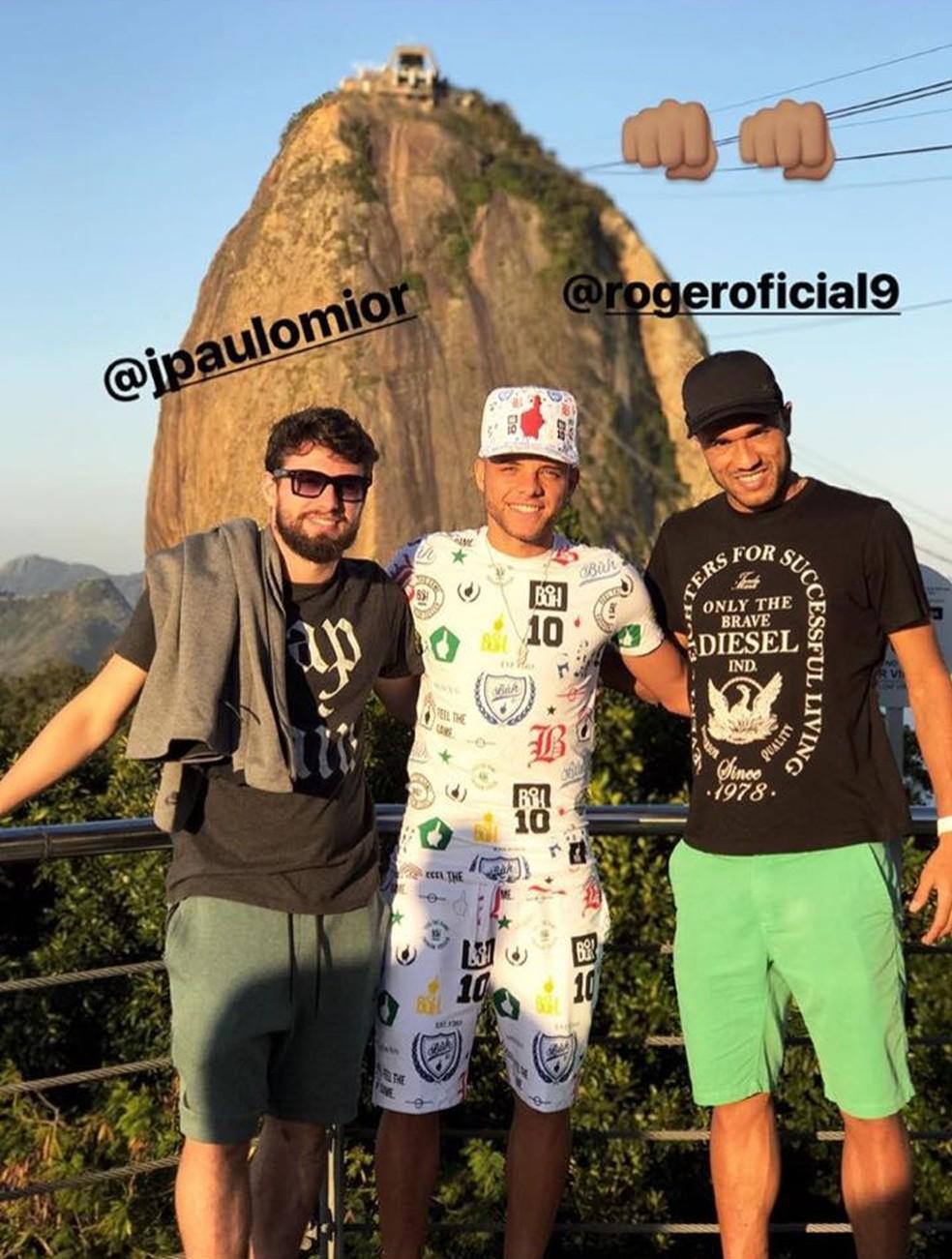 Guilherme com João Paulo e Roger no Pão de Açúcar. Roupa fez sucesso: