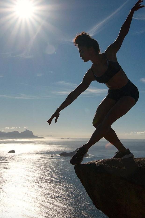 Aline Riscado faz pose em famoso cartão postal do Rio de Janeiro (Foto: Reprodução/Instagram)