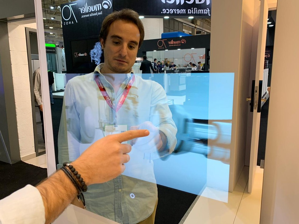 Espelho Inteligente pode controlar aparelhos conectados da casa — Foto: Constância García/TechTudo