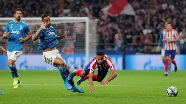 Renan Lodi cai após disputa com Danilo no jogo