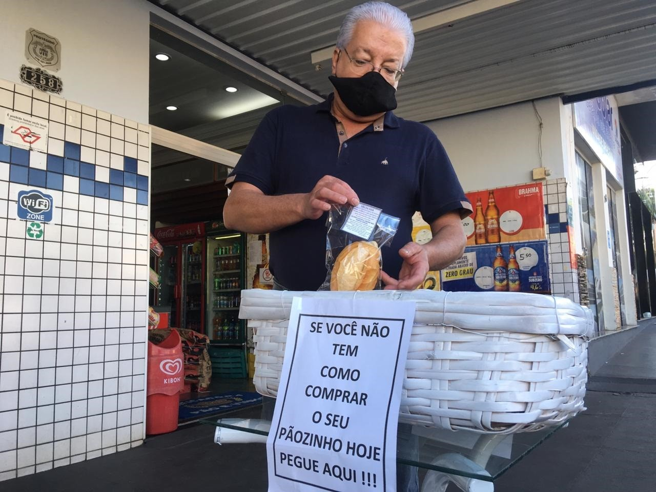 Gesto de solidariedade doa pão e fé para alimentar o corpo e a alma de pessoas necessitadas durante a pandemia da Covid-19