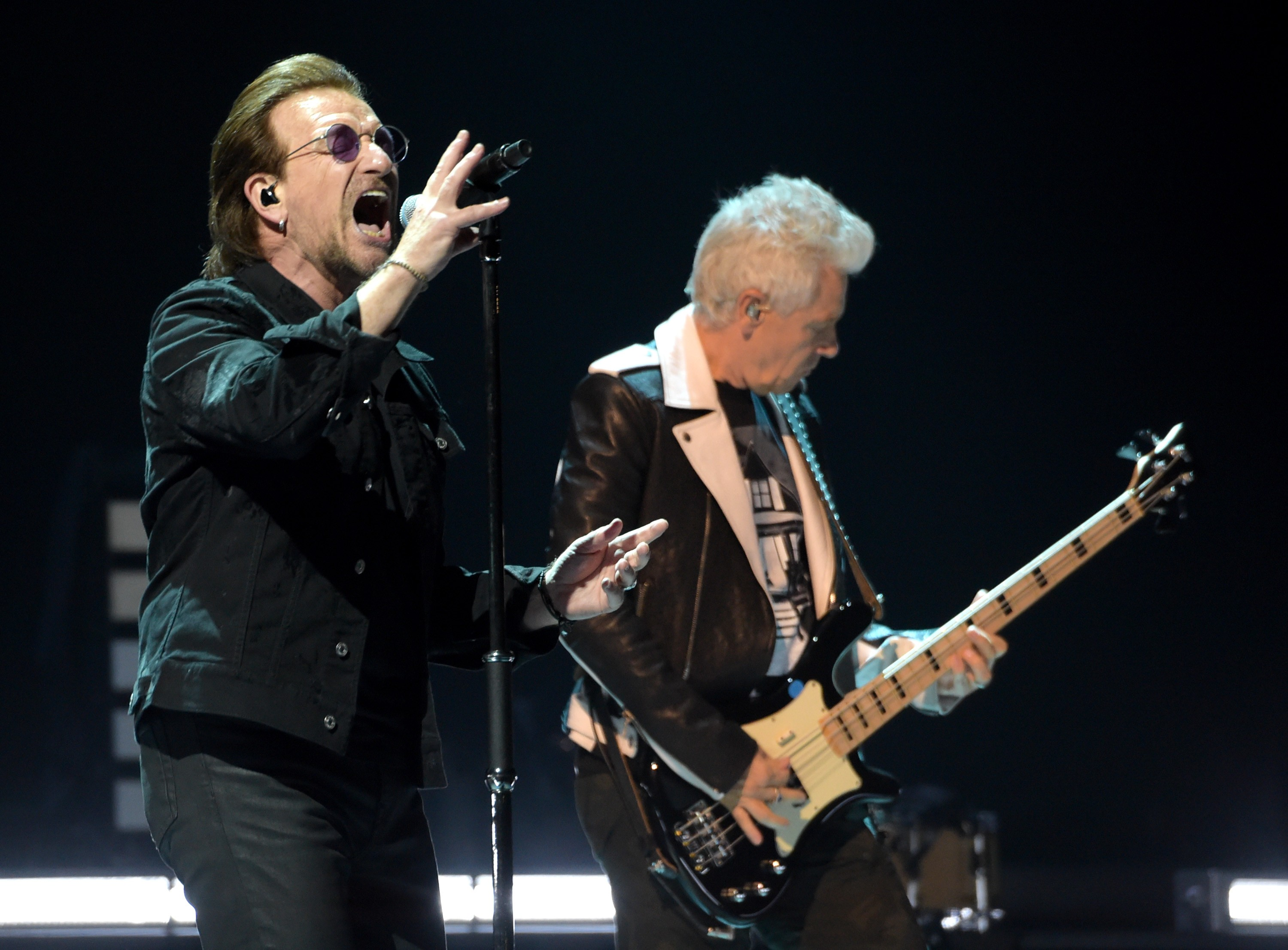 Bno Vox e Adam Clayton durante show do U2 (Foto: Getty Images)