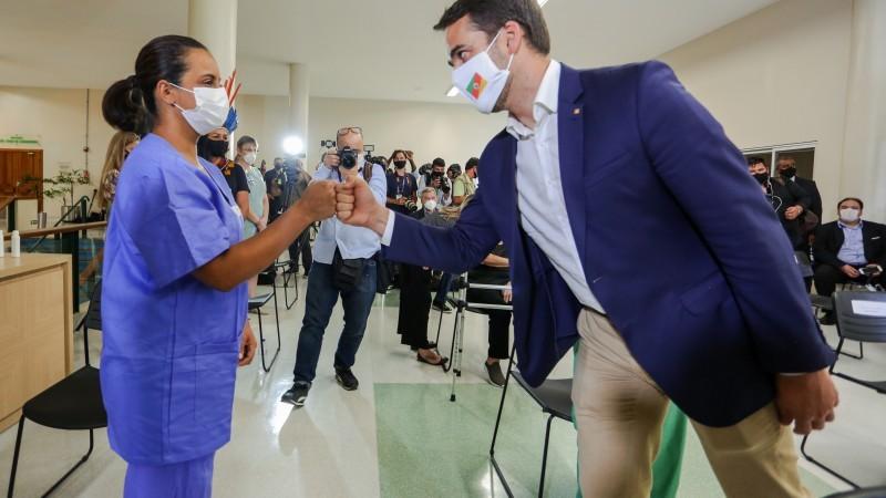 'Esperança de dias melhores', diz técnica de enfermagem, uma das 5 primeiras pessoas vacinadas contra a Covid-19 no RS