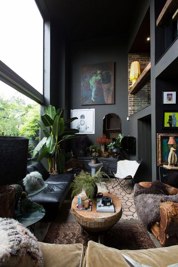 Décor do dia: sala de estar escura na tendência urban jungle (Foto: Divulgação/Reprodução)